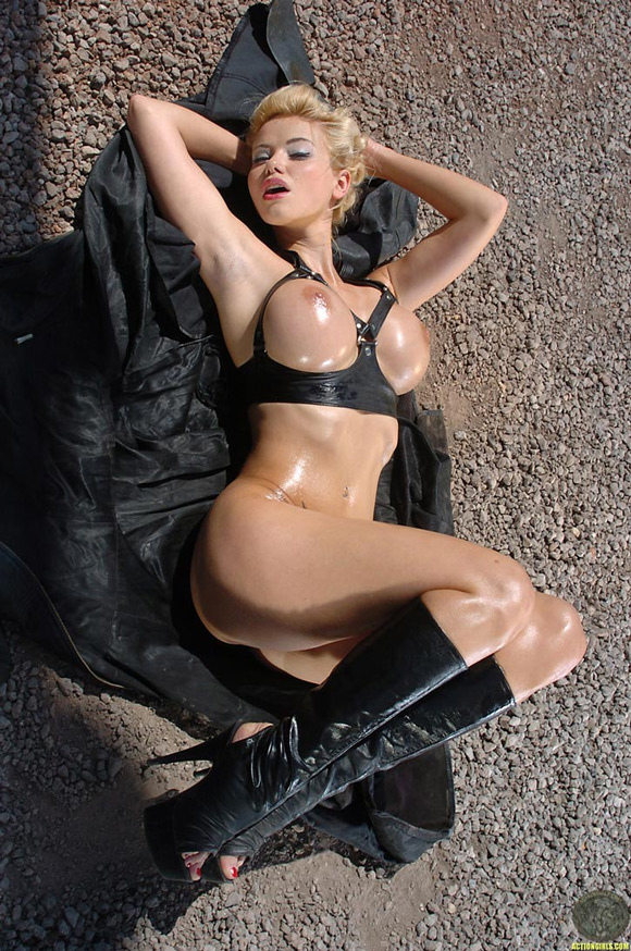 naked-action-girl-kathy-lee-as-a-marylin-in-leather