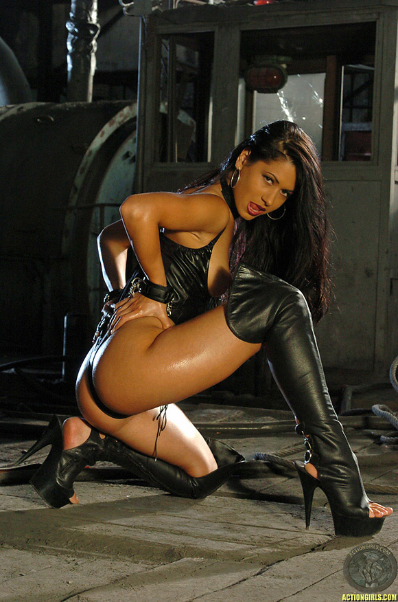 naked-action-girl-nadine-as-a-leather-ninja-babe