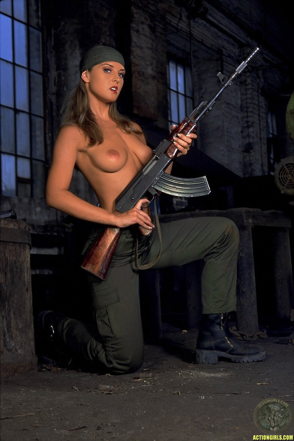 naked-action-girl-silvie-thomas-as-a-weapons-babe