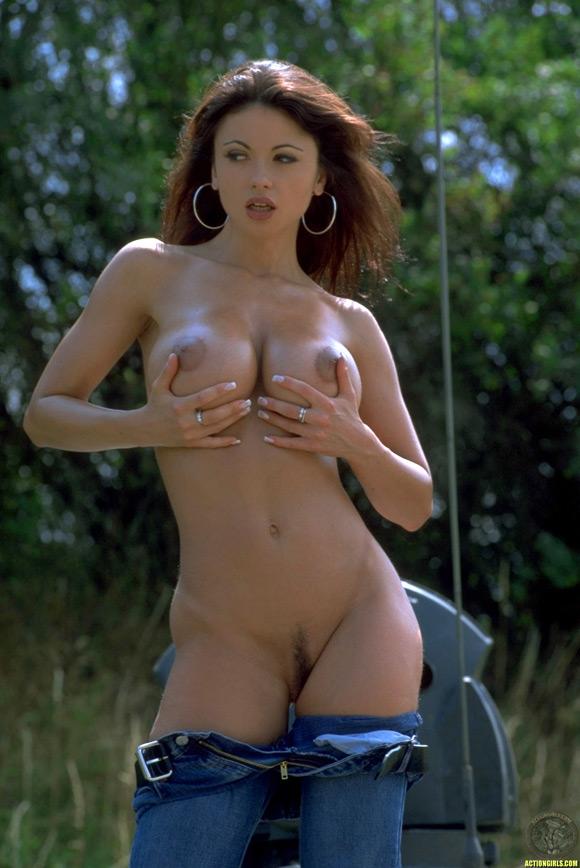 naked-action-girl-veronica-zemanova-as-a-tank-babe