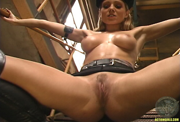 naked-action-girl-martina-fox-in-action