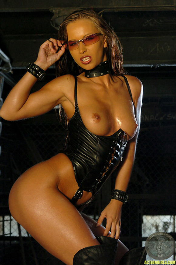 naked-action-girl-susana-spears-in-leather