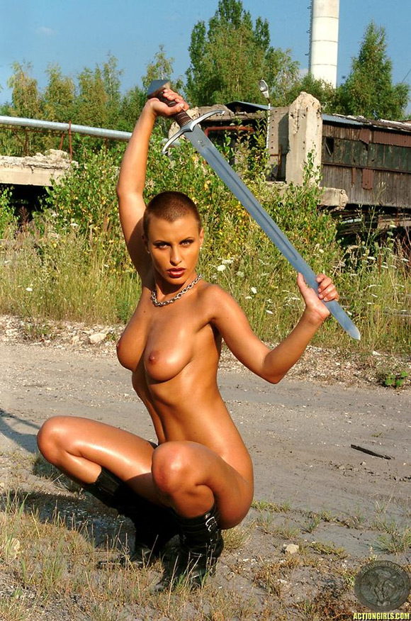 naked-action-girl-veronica-vanoza-as-warrior-goddess
