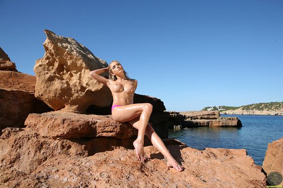 naked-action-girl-tindra-m-aka-julie-crown-in-fun-in-the-sun