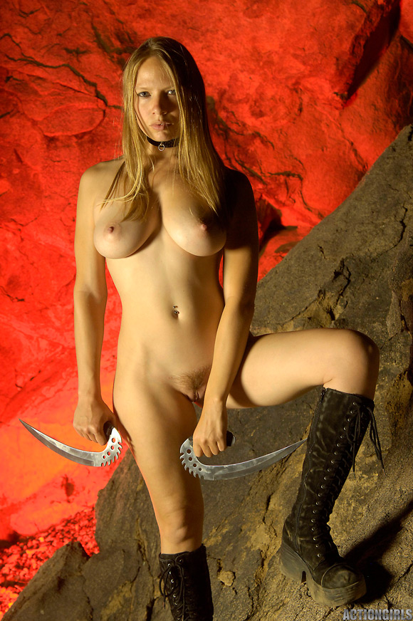 naked-action-girl-sarah-blades-in-action