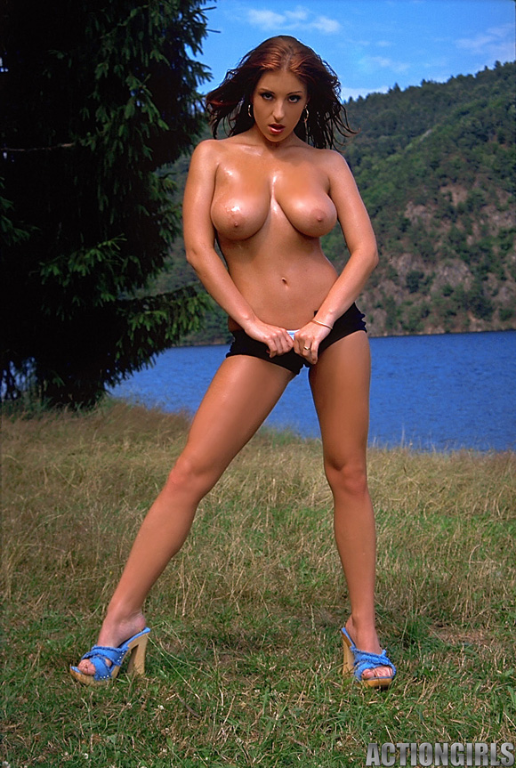 naked-action-girl-ashley-robbins-in-nude-outdoors