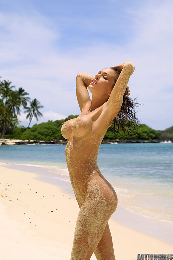 naked-action-girl-jessica-james-in-bikini-beach