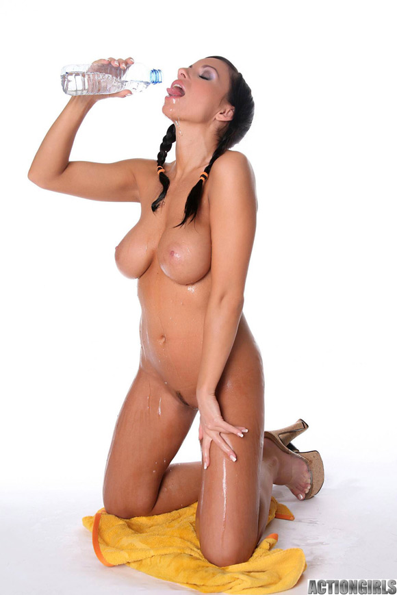 naked-action-girl-marta-in-all-wet