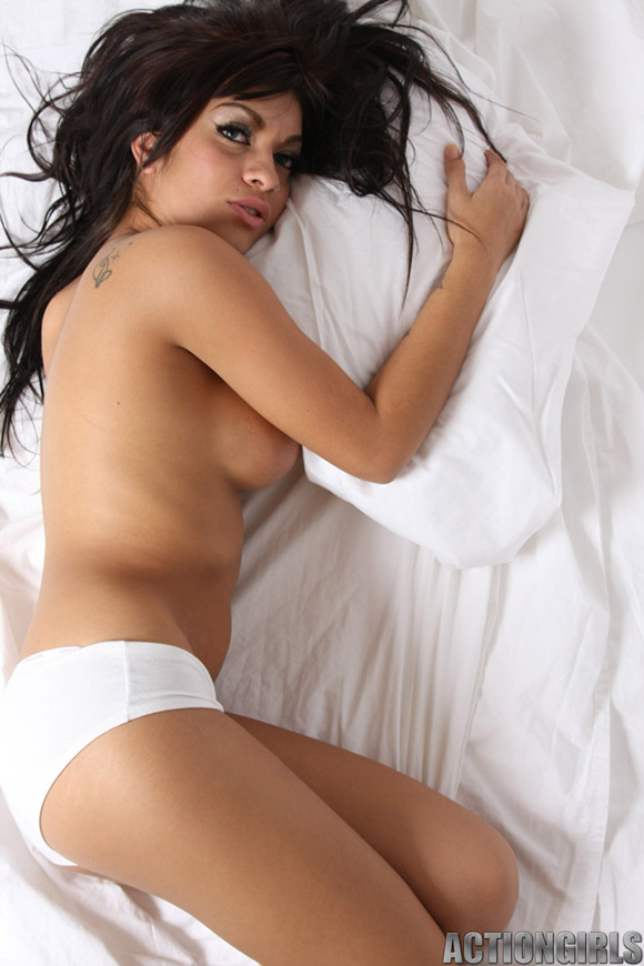 naked-action-girl-peaches-is-naked-in-bed