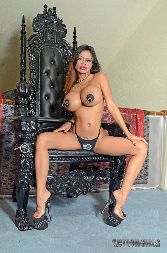 naked-action-girl-armie-field-in-wanna-play